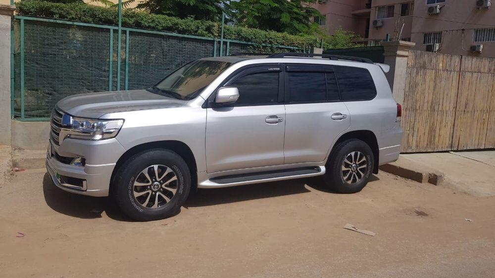 Toyota Land Cruiser GXR diesel atualizado em perfeitas condições