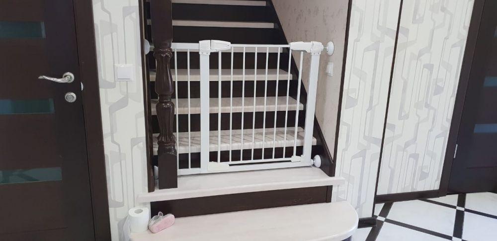 Детские ворота безопасности ( барьер) с автозакрыванием для лестниц