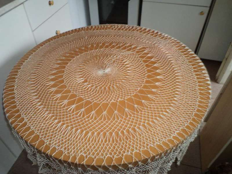 Свилена покривка за кръгла маса