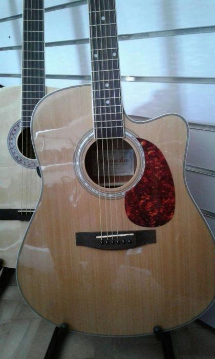 Электроакустическая гитара со звукоснимателем