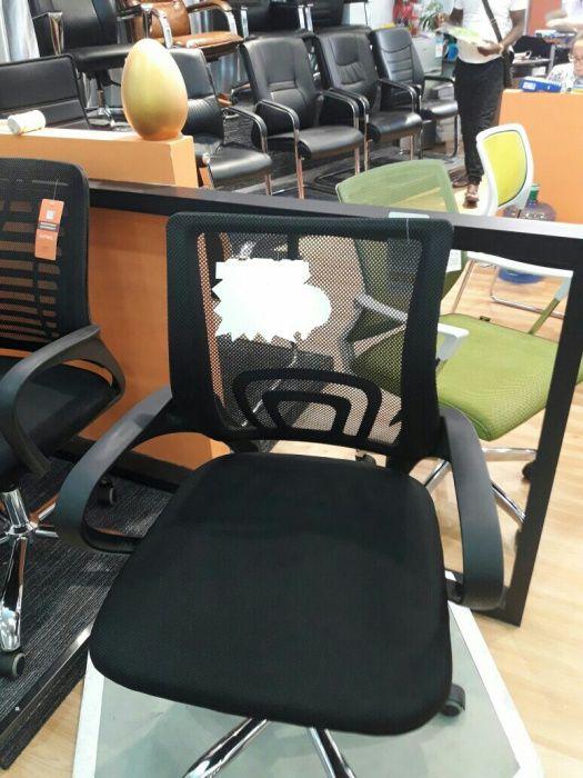 Cadeira giratória em tecido de malha. Fazemos entrega è montagem.