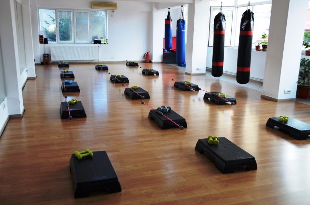 Inchiriez cu ora spatiu, sala aerobic, dans,prezentari,cursuri, karate