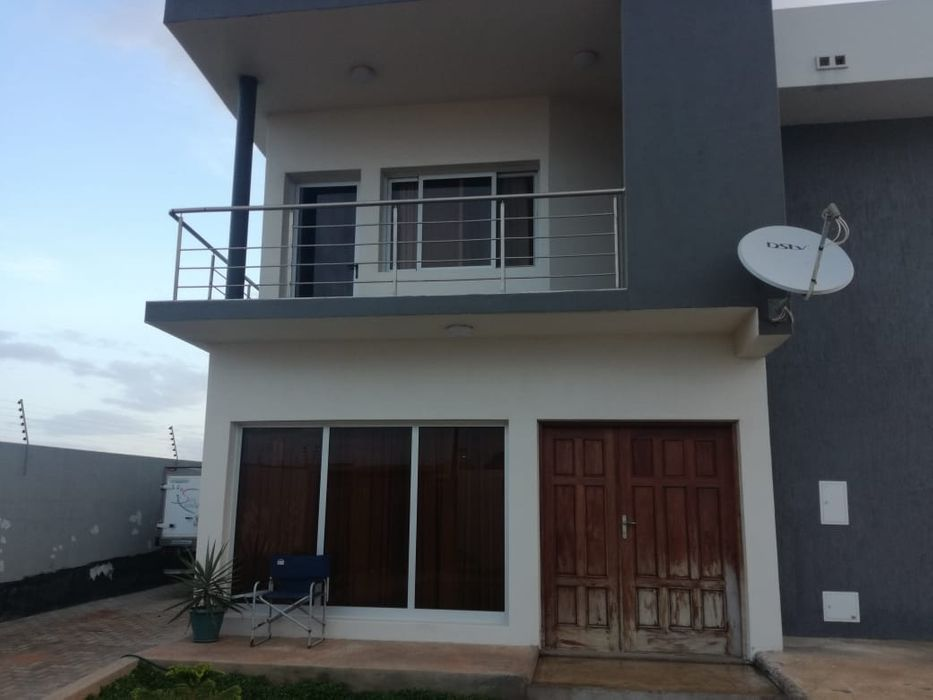 Arrendase casa tp3 com piscina na costa de SOL/ mapulene