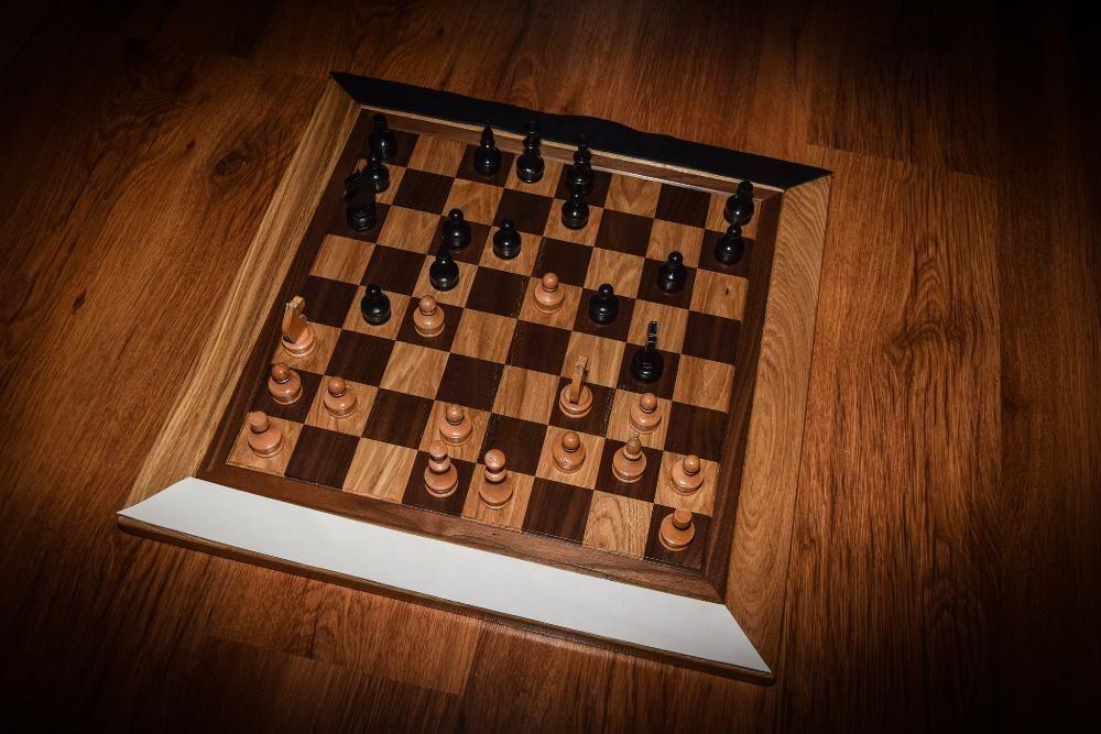 Ръчно изработена дървена дъска за шах от липа и дъб