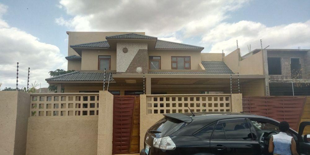 Arrenda-se moradia T5 no novo condomínio Vila príncipe/ Tchumene 1