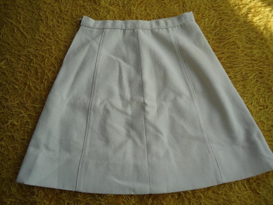 Къса дамска бяла пола.