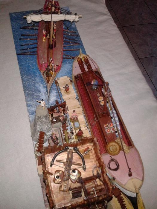 diorama cu machete galere, turn cu scorpion, port roman si figurine