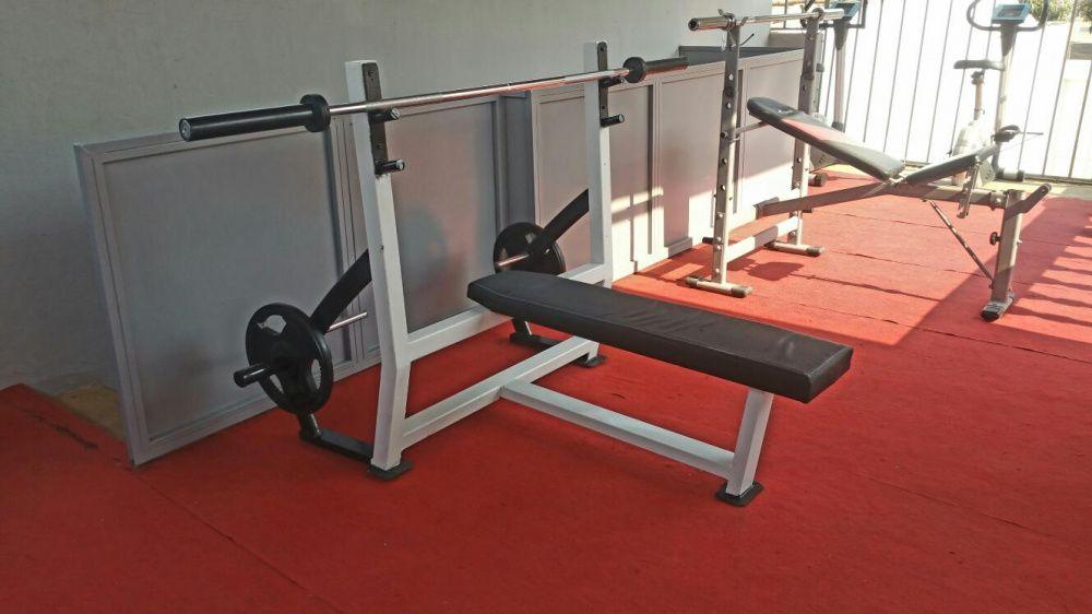 Equipamentos de ginásio variados