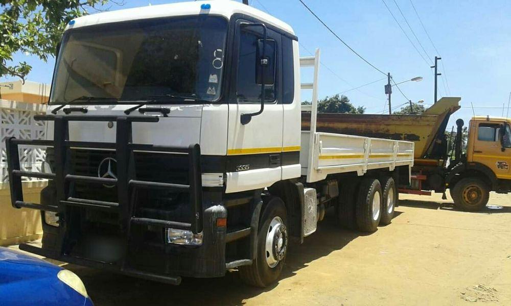 Vedo camião Mercedes Benz 3335 com capacidade para 20 toneladas