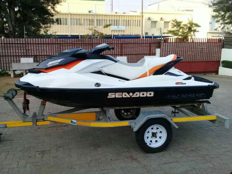 Moto aquatico com treller