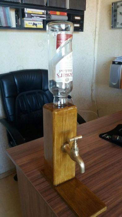Дървена стойка за бутилка с кран