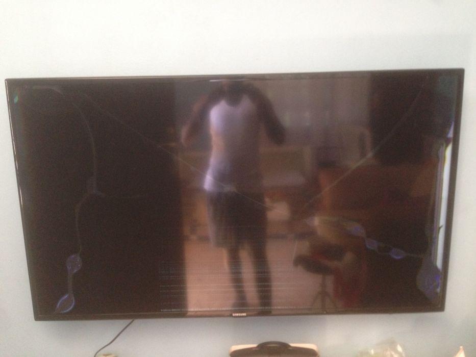"""Led smart tv Samsung 55"""" com ecrã raxado."""
