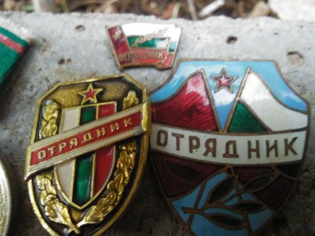 Значки отрядник и медал