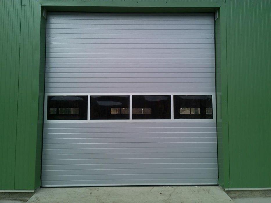 Usi de garaj cu panouri vitrate