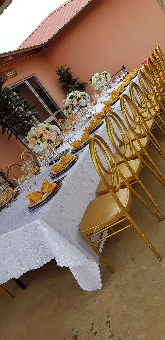 Decoração por mesa com loiça