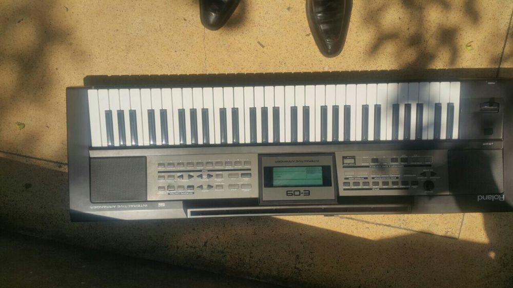 Piano/ órgão Roland E -09