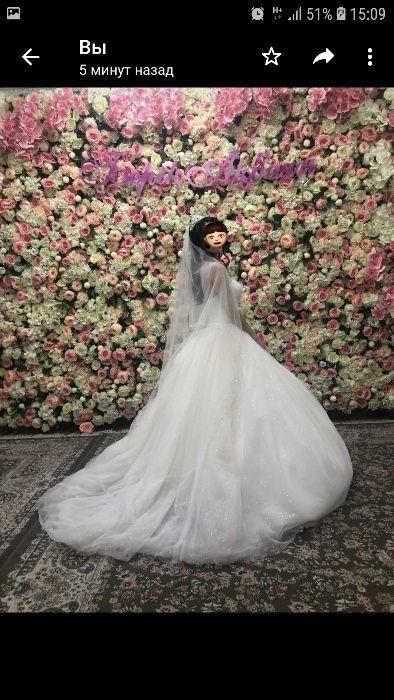 Шикарное свадебное платье с шлейфом.