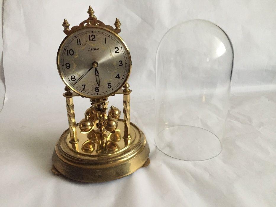 Ceas mecanic anuar cu fir de torsiune si cupola din sticla Hermle