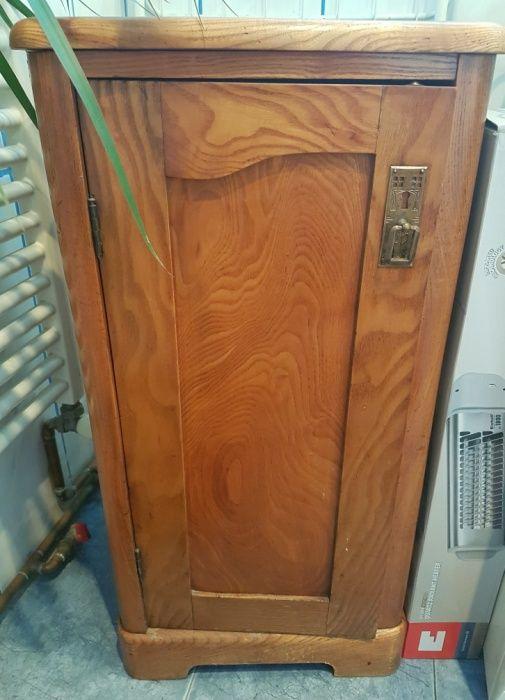 Vand două dulapuri gen noptieră vechi stare impecabilă!