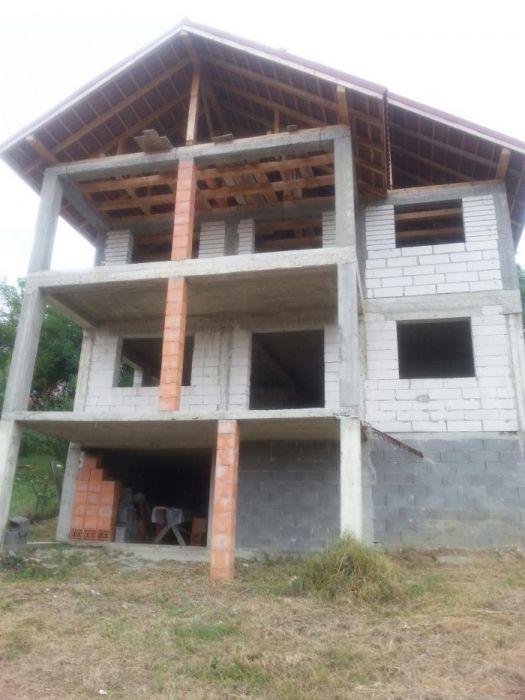 Casa la rosu in Tg-Carbunesti zona centrala