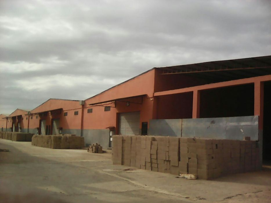 Arrenda-se armazéms próximo a estrada N4