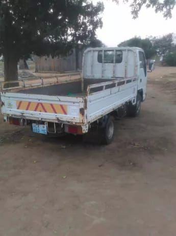 Vende-se camioneta semi novo em bom estado em circulação pronta andar