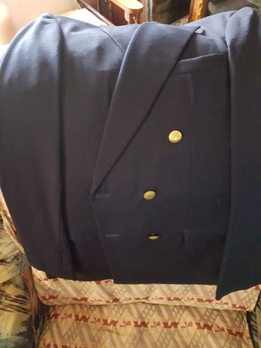 Vand costum uniforma militara ceremonie iarna