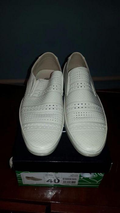 Мужской туфли белого цвета