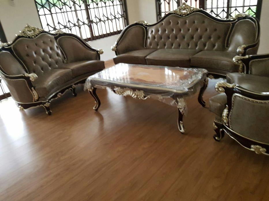 Mobília importada, composta por 3 sofás,mesinha de centro e rack, nova
