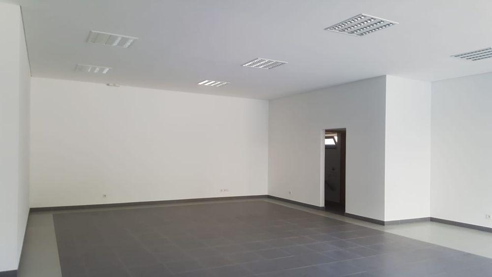 Arrenda se loja de 83 m2 num predio novo na polana