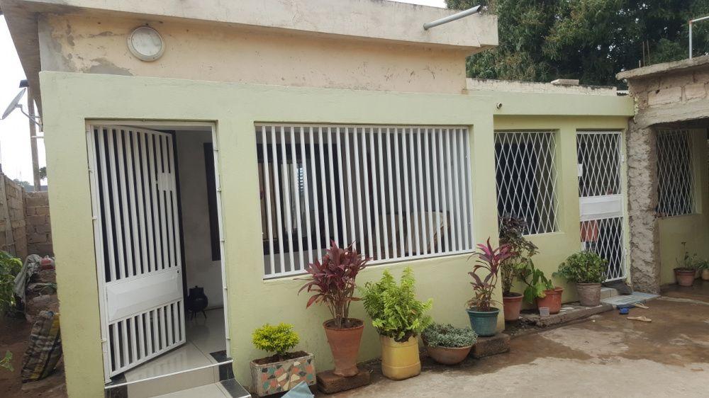 Vende-se casa tp2 no bairro de laulane na berma da Estrada nova