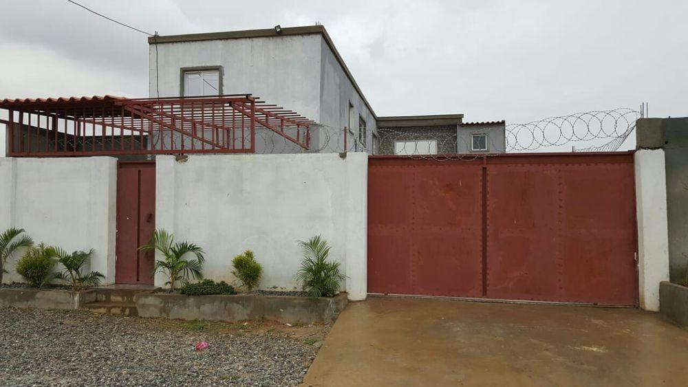 Vendo esta casa 1 andar T4 no Benfica 5 M para via expressa negociave