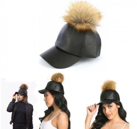 Хит модел на дамска кожена шапка с пискюл от естествен пух