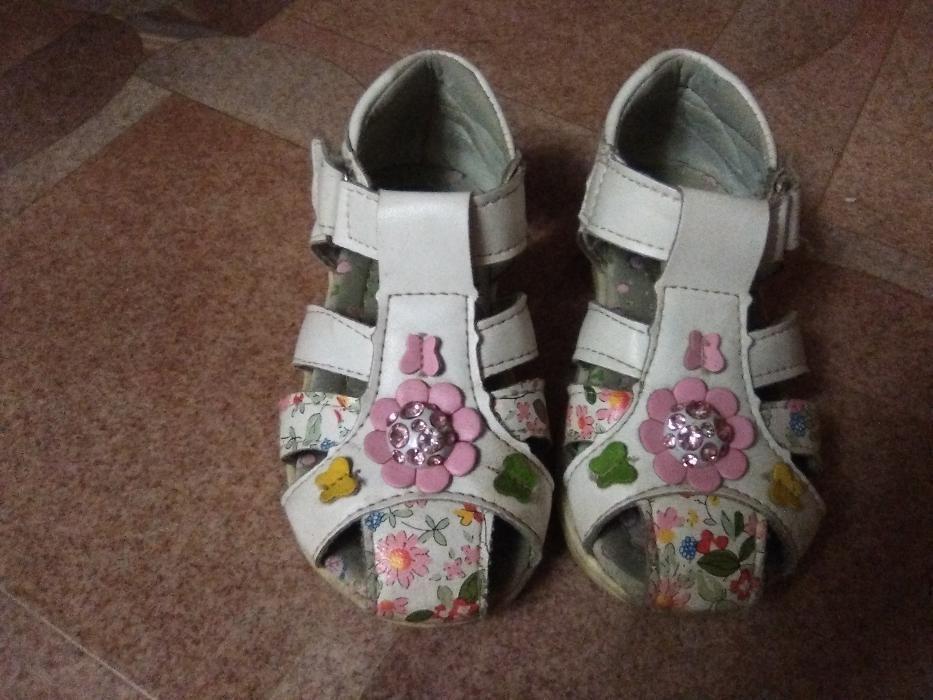 Продам обувь на девочку 2-4 лет