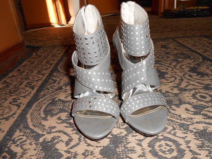 Сиви сандали на ток
