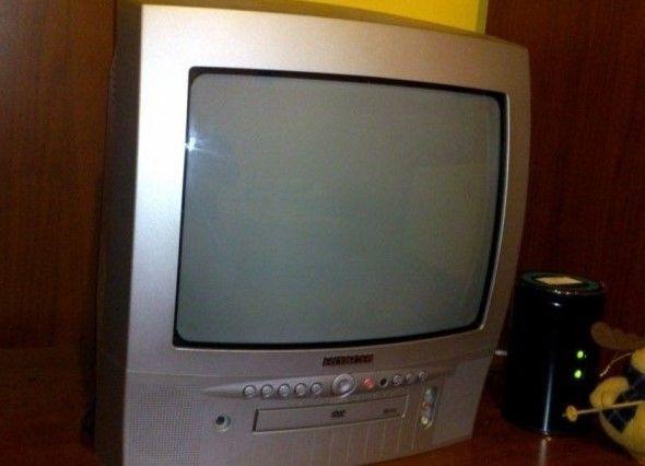 Televizor color marca Hitachi cu dvd player incorporat, impecabil