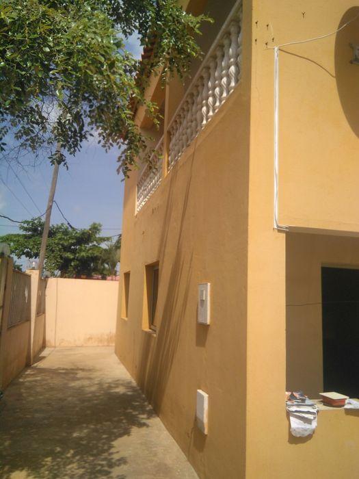 Aluga-se está casa T4 no patriota bairro onga rua 15