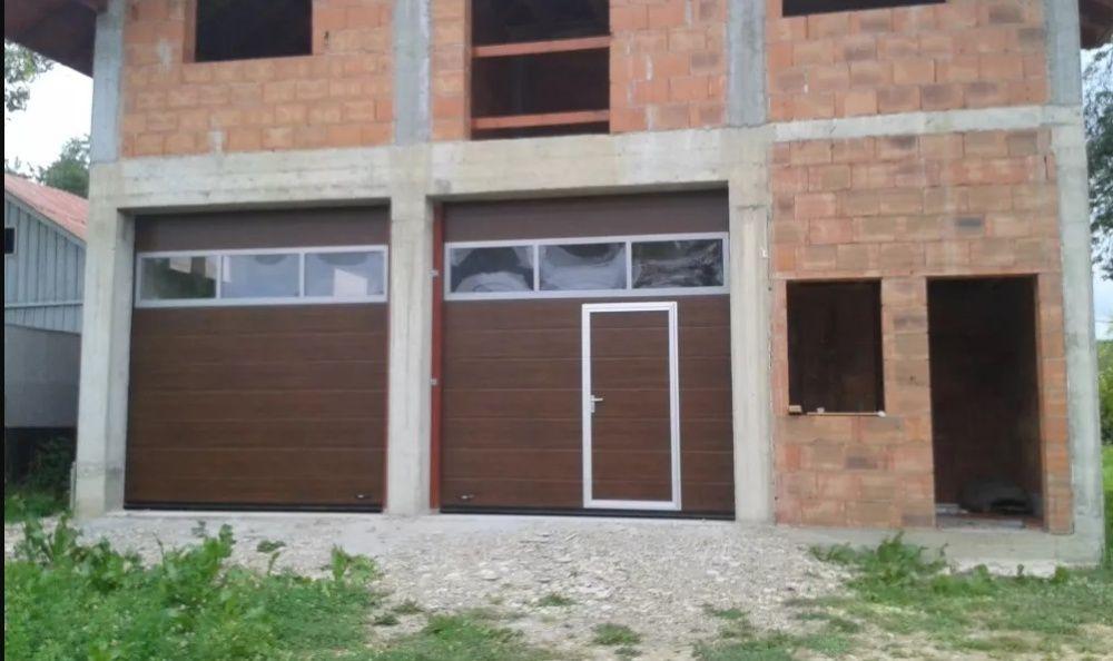 Uși de garaj rezidențiale izolate 3440L/3000(H) Nuc-rand vitrat+acces