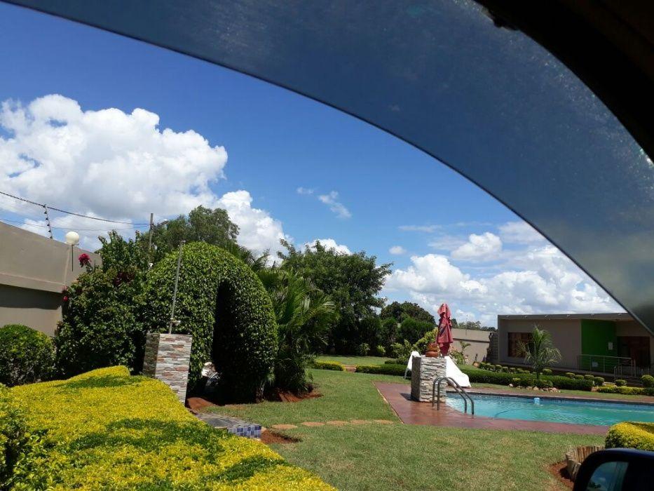 Arrenda-se luxuosa moradia c/ piscina