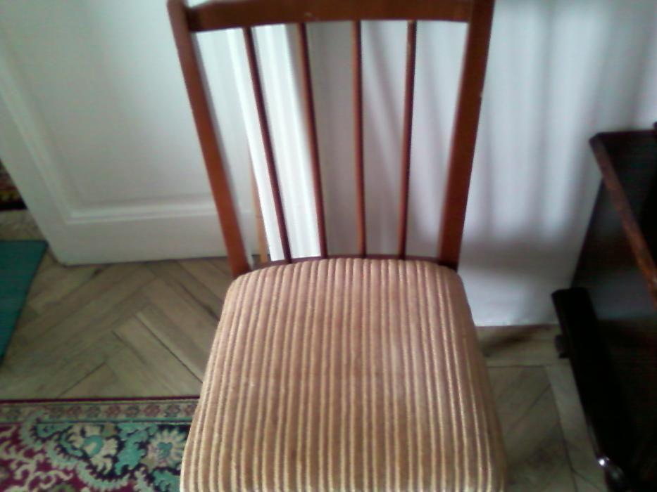 Scaun din lemn, blat tapitat cu plus.