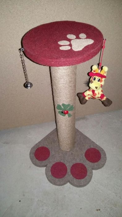 Sisal pentru zgariat(accesorizat cu jucarii pt pisici)
