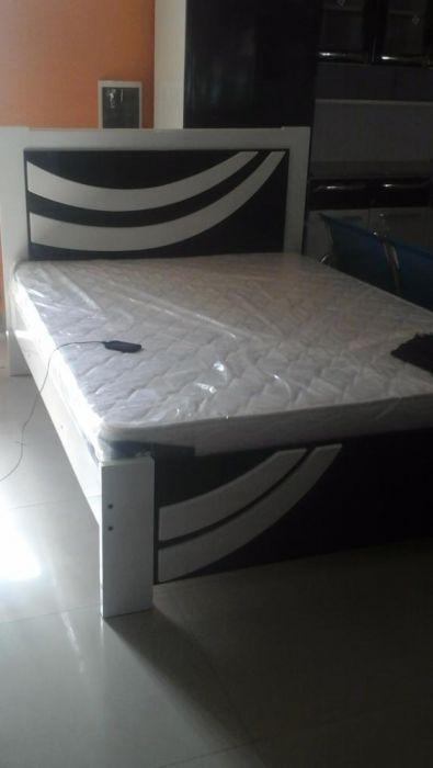 cama casal com o colchao cor branco e preta produto em caixa