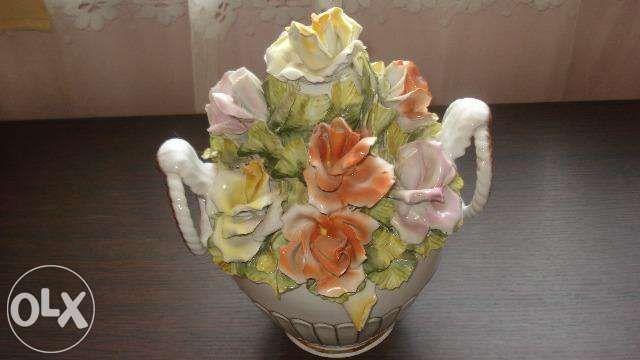 Cos cu trandafiri din portelan foarte frumos deosebit..