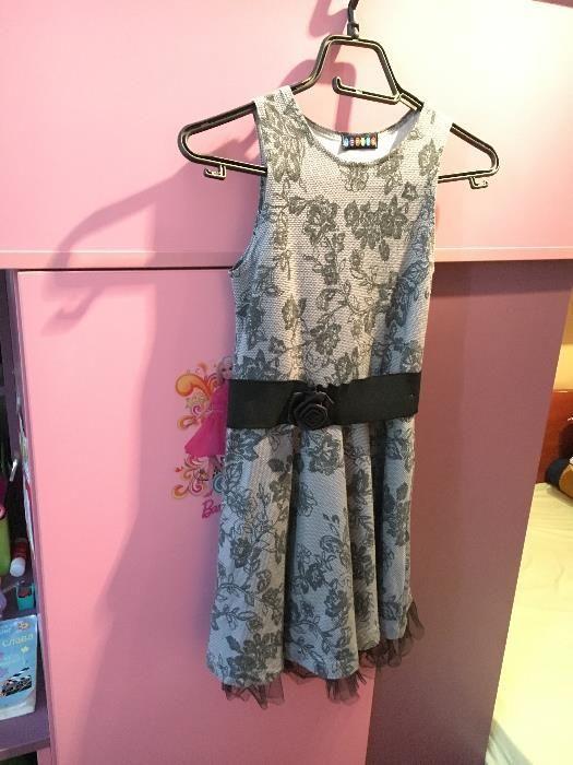сива рокля с цветя