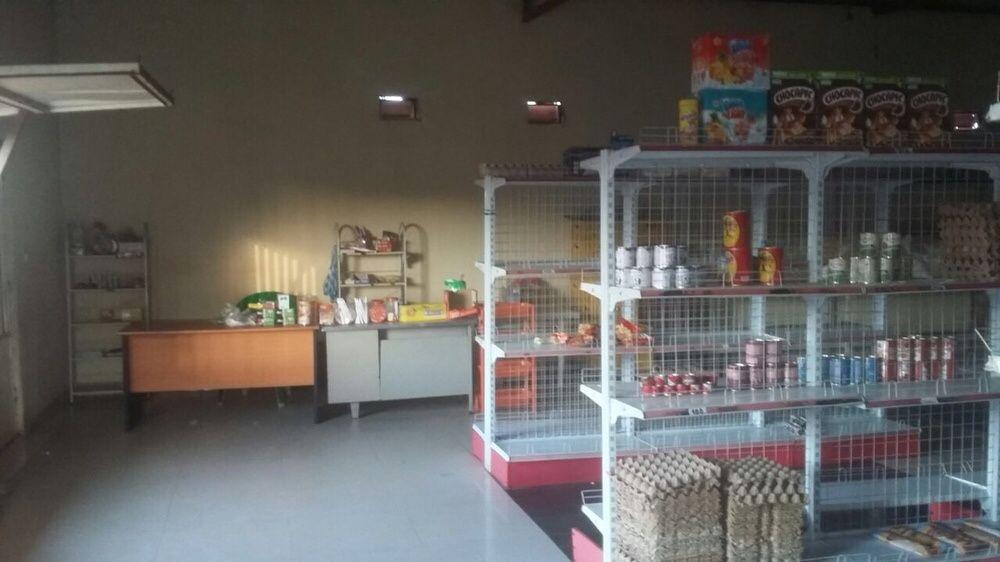 Vende se uma loja, já com uma casa T2 em Malange