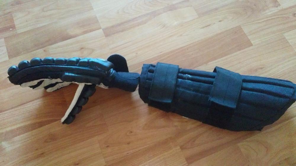 ръкавици предпазители плюс пръчки и тренировъчен нож