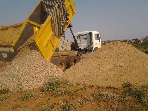 Venda de todo tipo de areia e pedra para construção, camião Tata 18m.