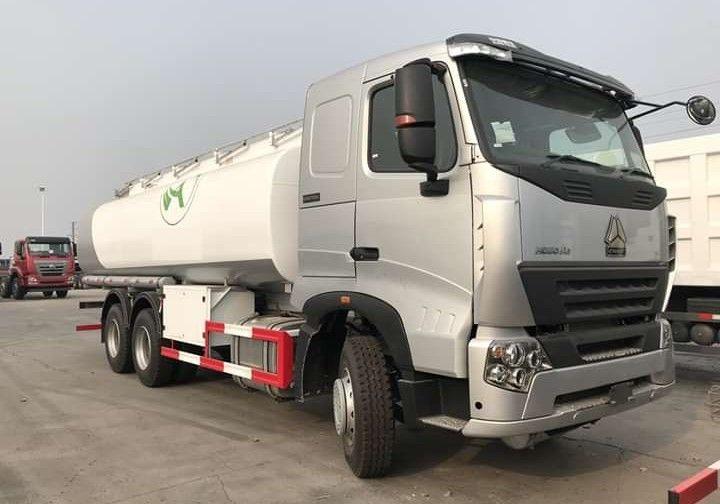 Camião de sisterna de água e combustível