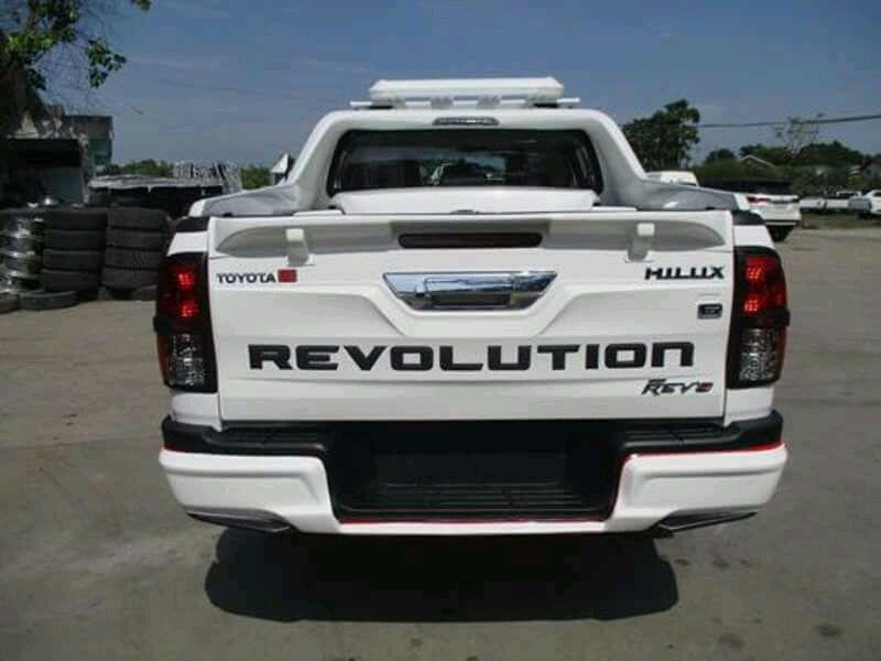 Toyota Hilux Revulution REV8 0km branco