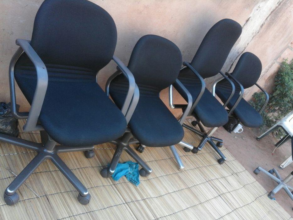 Cadeiras giratórias e mesas